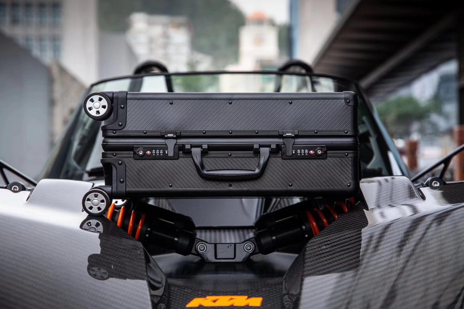 Carbon Fiber Suitcase in Autoclave process